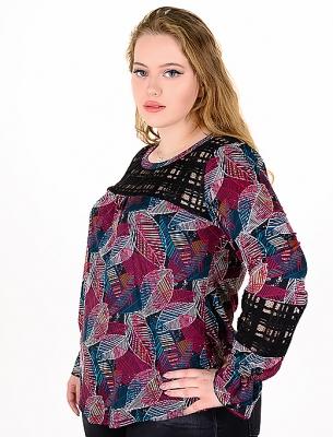Блуза от релефен плат с дантела.